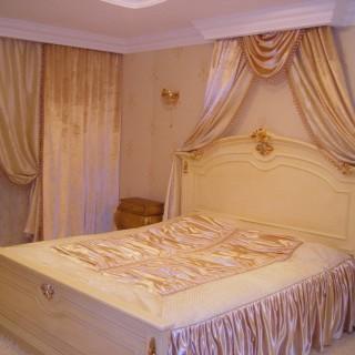 Спальня Евы. Роскошные шторы, балдахин и покрывало из бархата в классический интерьер.