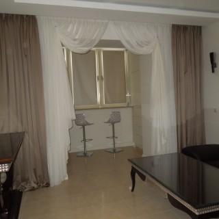 Спокойные шторы в гостиной Вадима.