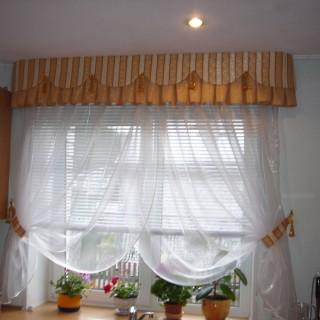 Легкая штора из тюля с фигурным ламбрекеном.