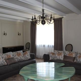 Подушки на диван и спокойные шторы в гостиной Дмитрия.