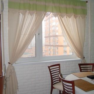 Легкая льняная шторка в кухне с ламбрекеном и кружевом.