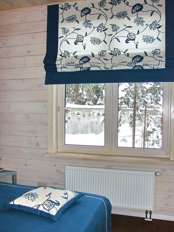 Римская штора с вышивкой в спальне.