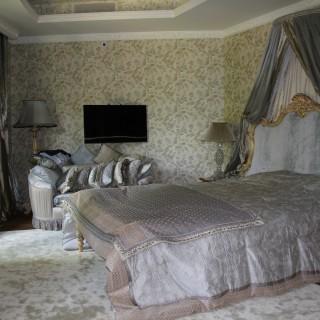 Балдахин, покрывало и подушки из шелка и бархата. Спальня в резиденции.