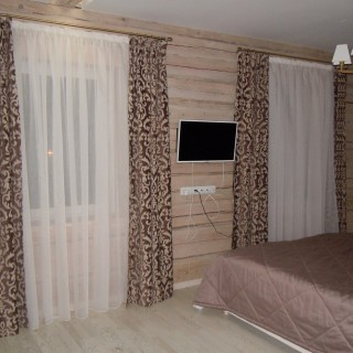 пос. Раубичи. Спальня в деревянном доме. Шторы и покрывало.