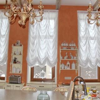 Французские шторы на подъемном механизме в классическую кухню Софии.