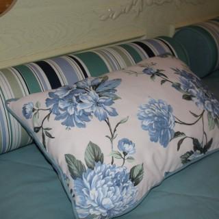 Покывало и подушки в стиле прованс.