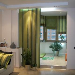 Зеленые акценты в интерьере гостиной. Японские панели и римские шторы для Евгении.