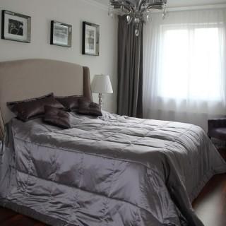 Стеганное покрывало и шторы для спальни в американском стиле.